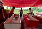 Thợ đóng quan tài Indonesia làm không ngơi tay vì Covid-19