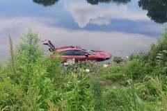 Xe ô tô lao xuống sông Nhuệ, người phụ nữ thoát chết trong gang tấc