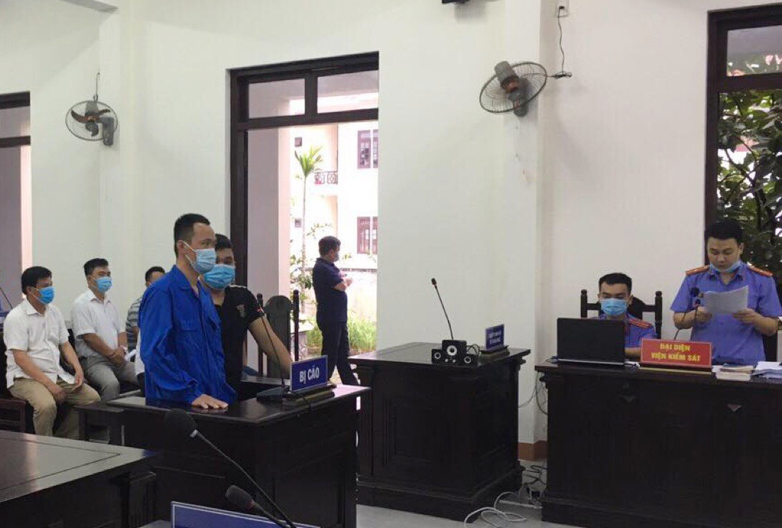 Lĩnh án tù vì lùi xe vào chốt kiểm dịch Covid-19 và nhổ bọt vào cảnh sát