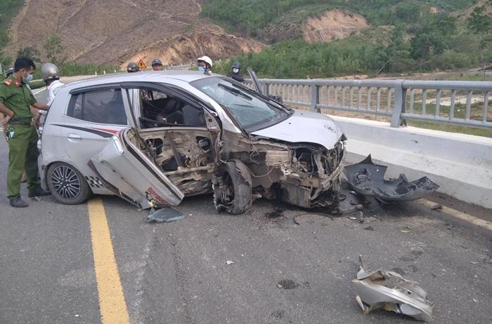 Cướp ô tô 4 chỗ, người đàn ông lái xe bỏ chạy rồi tự gây tai nạn