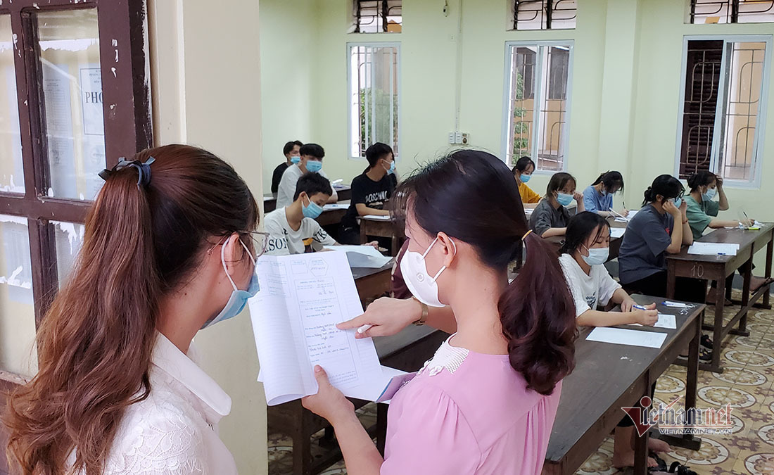 Mưa lớn ở Nghệ An khiến nhiều thí sinh ướt sũng bước vào phòng thi