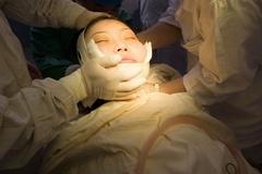 Suýt tự tử vì phẫu thuật thẩm mỹ hỏng ở Trung Quốc