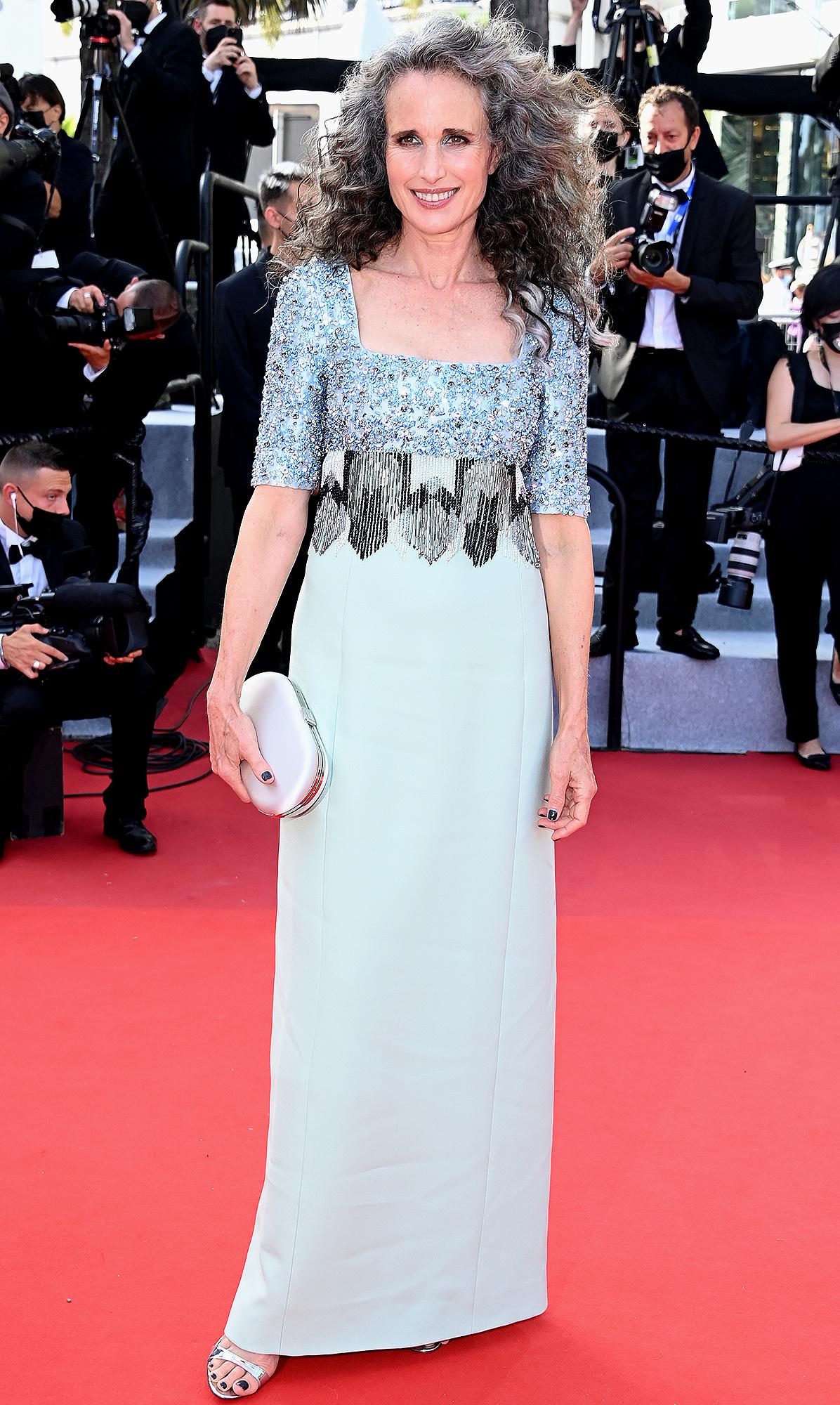 Siêu mẫu Candice Swanepoel diện đồ táo bạo trên thảm đỏ Cannes