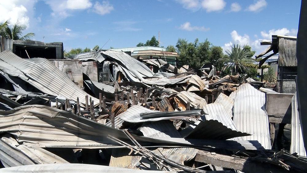 Vợ con bỏ đi, người đàn ông đốt nhà làm cháy lan thiêu rụi 4 nhà hàng xóm