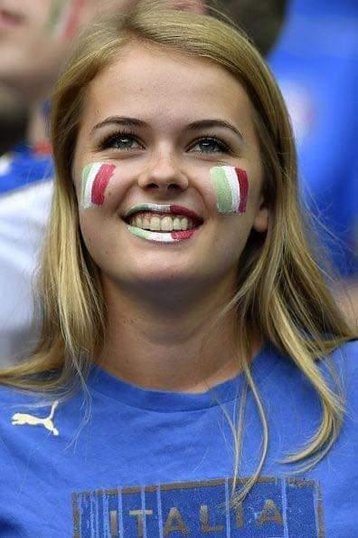 Fan nữ Italy đẹp hút hồn trên khán đài sân Wembley