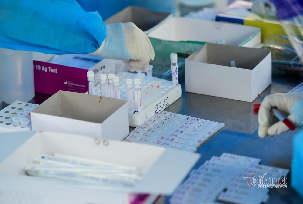 Nghìn người xếp hàng test Covid-19 ở TP.HCM, gần 10 mẫu dương tính