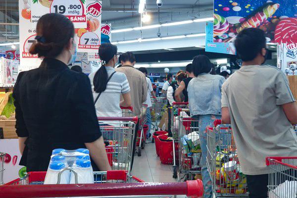 Đổ xô vào siêu thị ở TP.HCM, xếp hàng dài hơn 2 tiếng chờ tính tiền