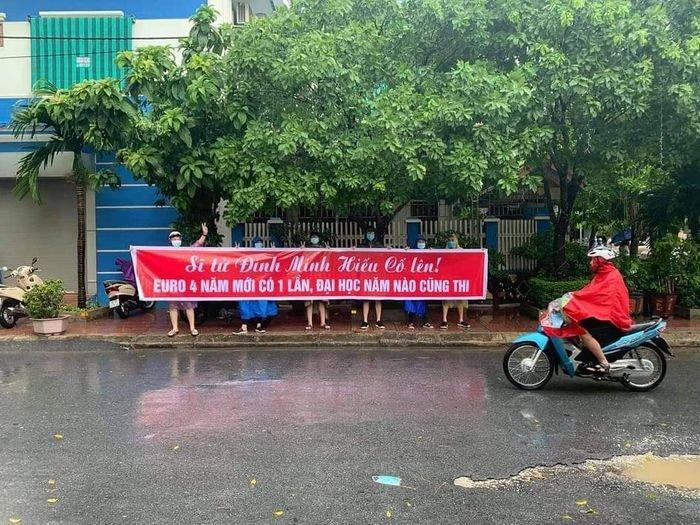 Nam sinh Thanh Hóa được bạn học cũ căng băng rôn cổ vũ khi thi lại tốt nghiệp
