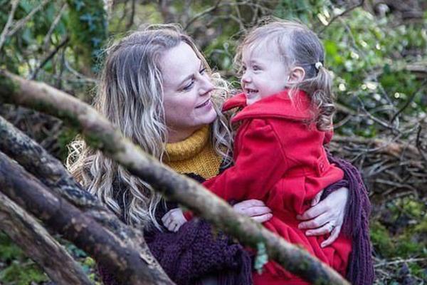 Người phụ nữ kiên quyết cho con gái 4 tuổi rưỡi tiếp tục bú sữa mẹ