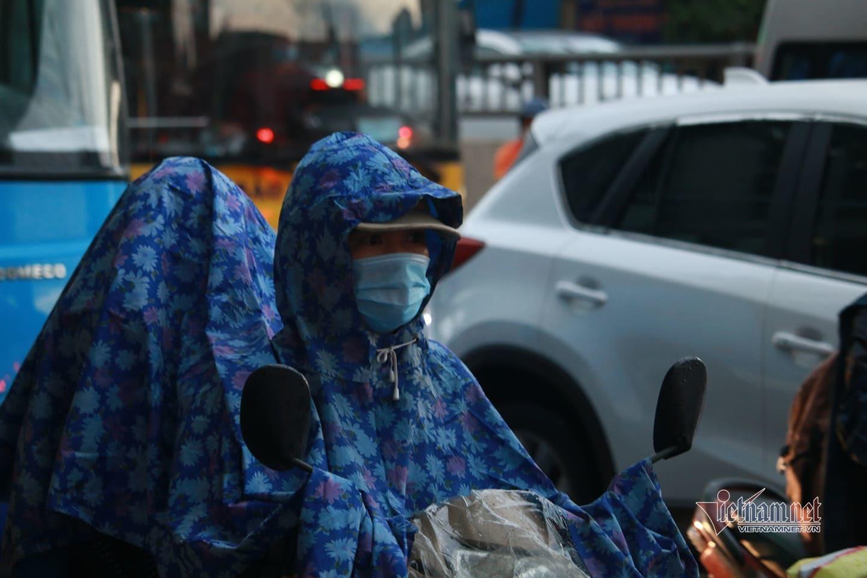 Áp thấp nhiệt đới gây mưa lớn, người Hà Nội 'chôn chân' vì tắc đường