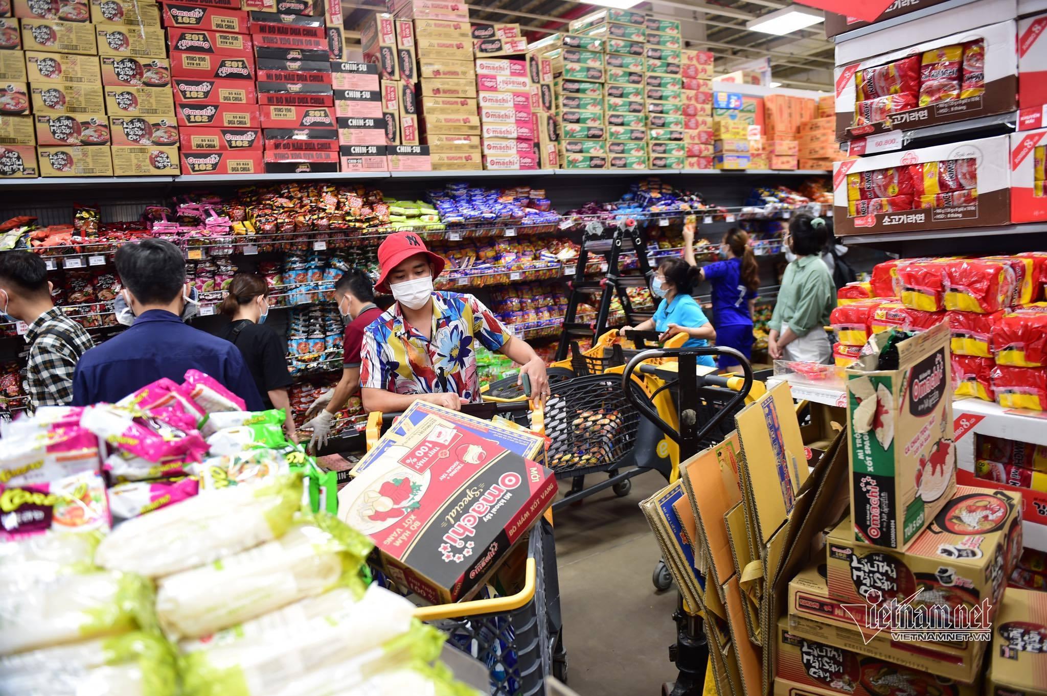 Nghe tin giãn cách toàn TP, người dân TP.HCM lại đổ dồn tới siêu thị mua hàng