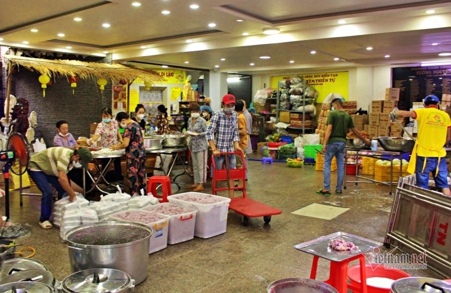 Ca sĩ gửi gạo, nhà chùa nấu cơm cùng Sài Gòn vượt đại dịch