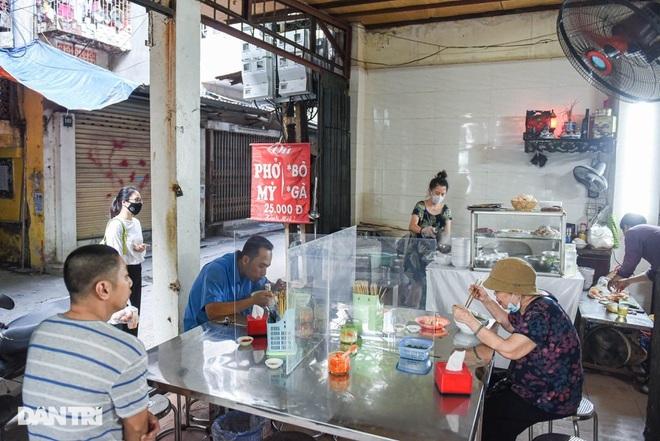 Quán phở mậu dịch hiếm hoi còn lại ở Hà Nội, ngày bán 2 tiếng đã hết hàng