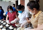 Thầy cô nấu cơm miễn phí cho học sinh nghèo thi tốt nghiệp ở Nghệ An