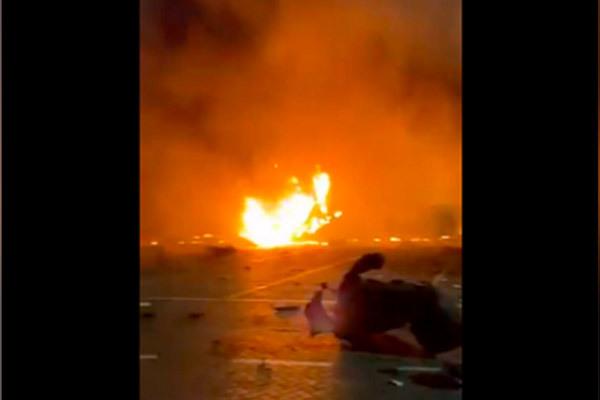 Nổ rung chuyển cảng Dubai vì tàu chở công-ten-nơ bốc cháy