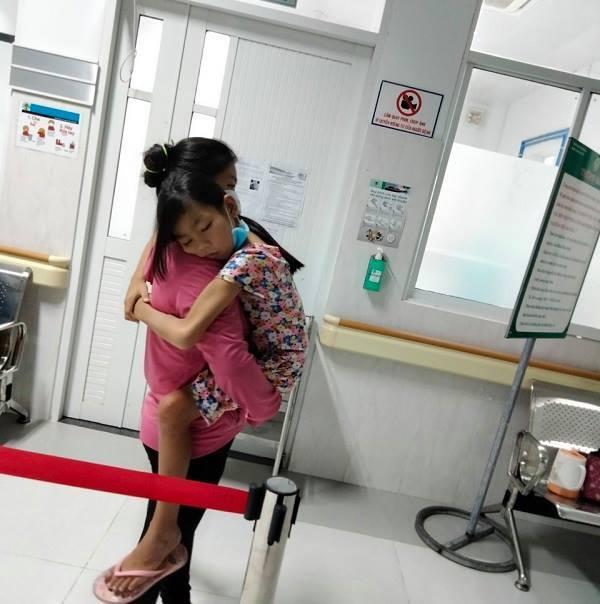 Vừa trả hết nợ, mẹ đơn thân bật khóc khi biết con gái suy thận