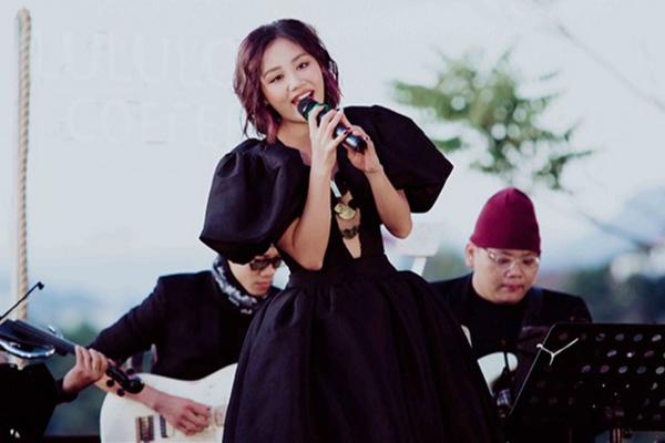 Nhạc ngoại là 'niêu cơm Thạch Sanh' vô tận của ca sĩ Việt