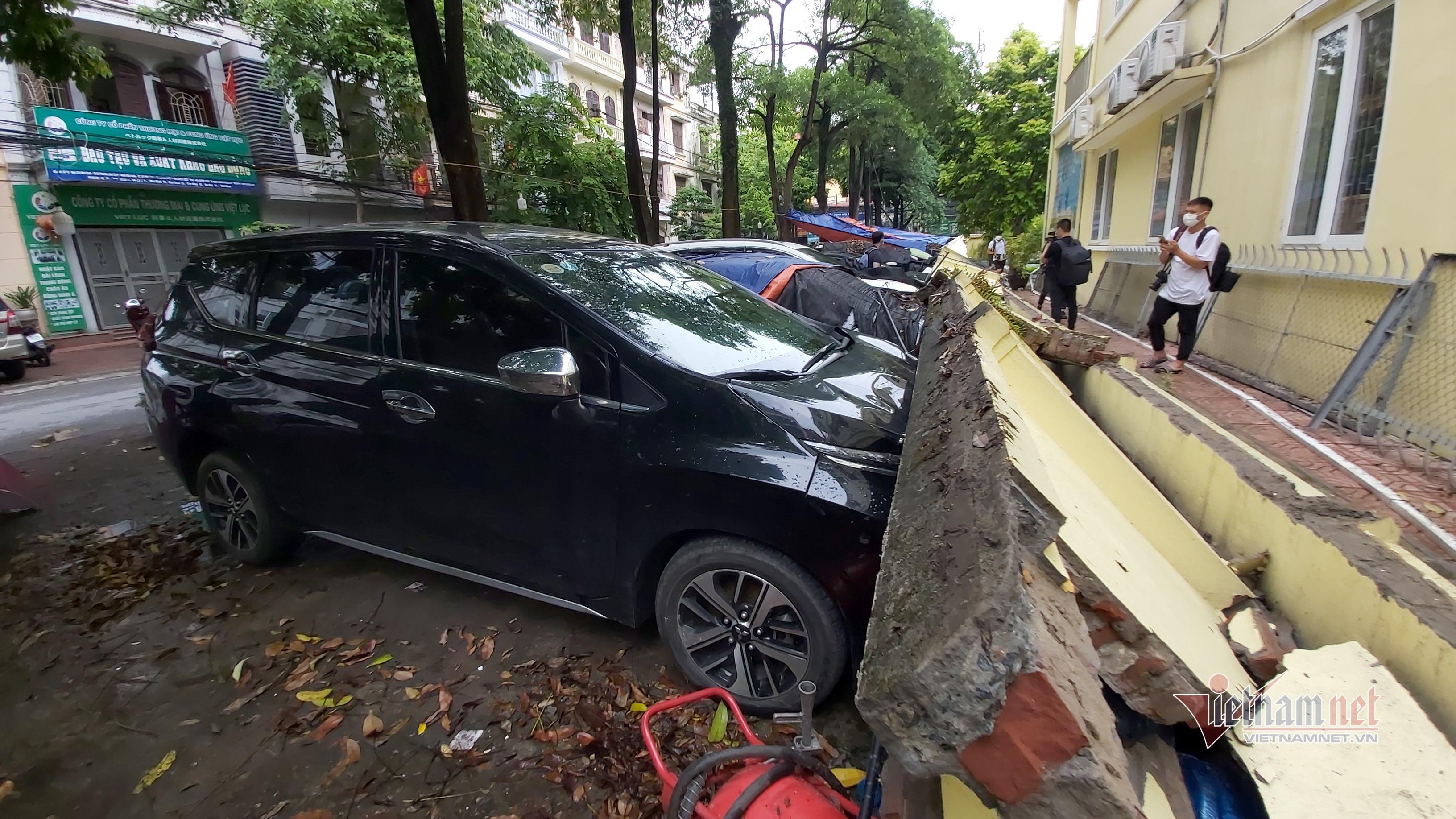 Video sập tường trường mầm non đè bẹp chục ô tô ở Hà Nội