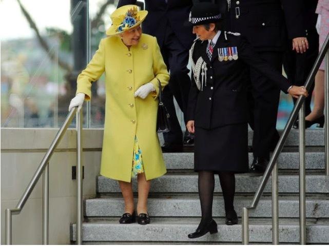 Giải mã phong cách thời trang sắc màu của Nữ hoàng Anh