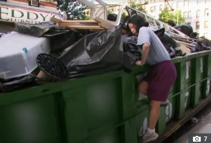 Thu nhập 1 tỷ đồng/năm, nữ kế toán vẫn bới thùng rác tìm đồ ăn