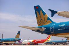 """Máy bay nằm """"đắp chiếu"""", sân bay Nội Bài đóng cửa đường lăn làm sân đỗ"""