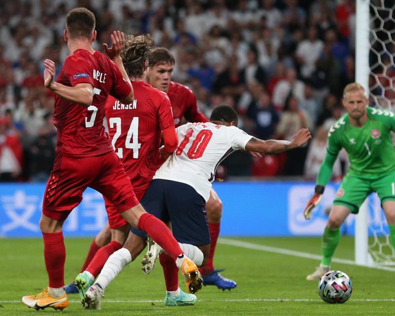 CĐV tức giận yêu cầu đá lại trận Anh vs Đan Mạch