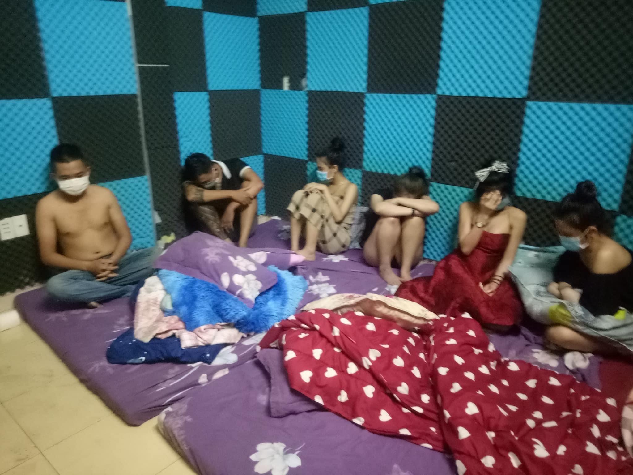 35 nam, nữ tụ tập trong nhà nghỉ bất chấp lệnh cấm ở Quảng Ngãi