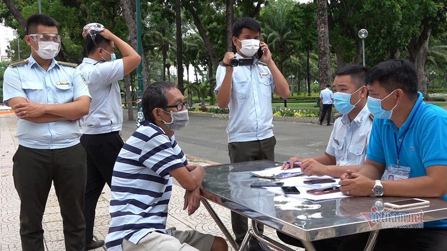 Ra đường không lý do chính đáng, nhiều người ở TP.HCM bị xử phạt