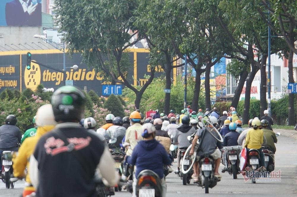 Vùng ven TP.HCM đông phương tiện, nhiều người 'tụ hội' phớt lờ lệnh cấm