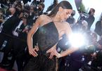 Người mẫu mặc áo cổ yếm dự thảm đỏ LHP Cannes
