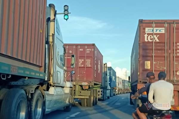 Ùn ứ giao thông ở Hải Phòng vì chờ test nhanh cho người dân tại chốt kiểm dịch