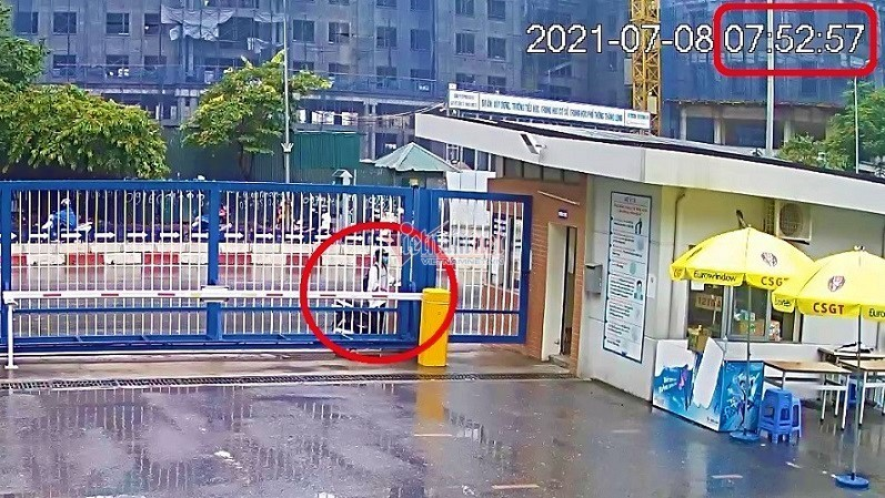 Camera xác định thời điểm nam sinh Hà Nội đi muộn, bật khóc ở trường thi