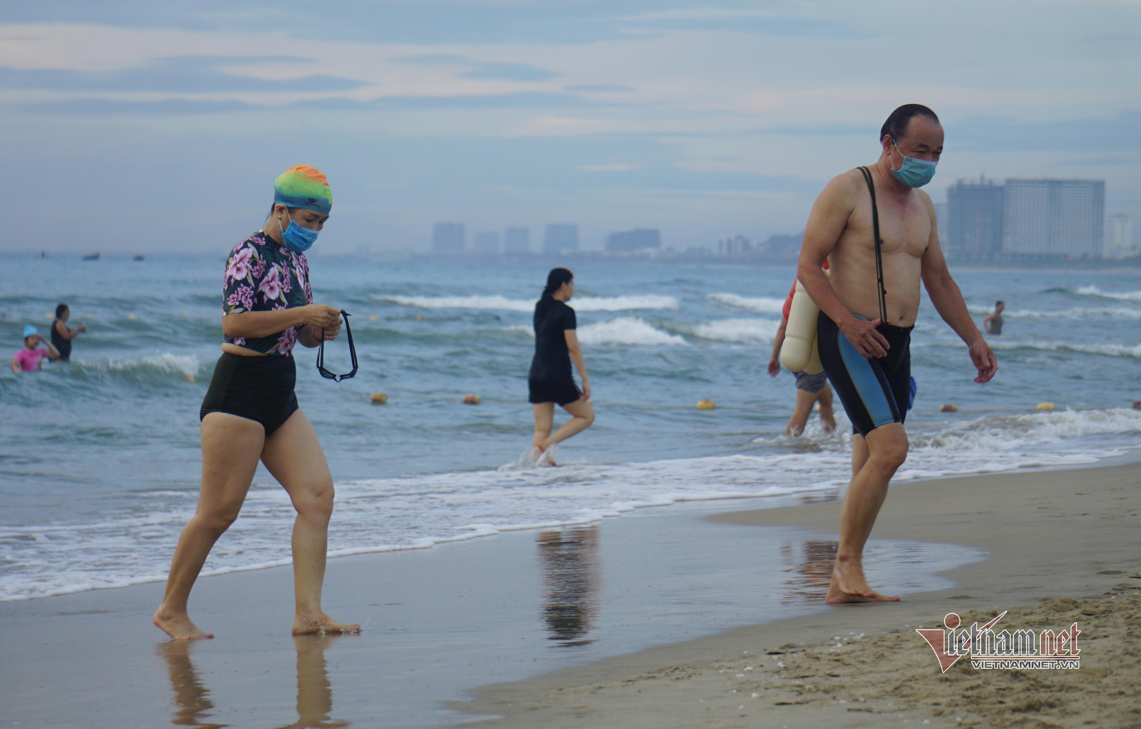 Bỏ lệnh cấm, người Đà Nẵng vui mừng đi tắm biển từ sáng sớm