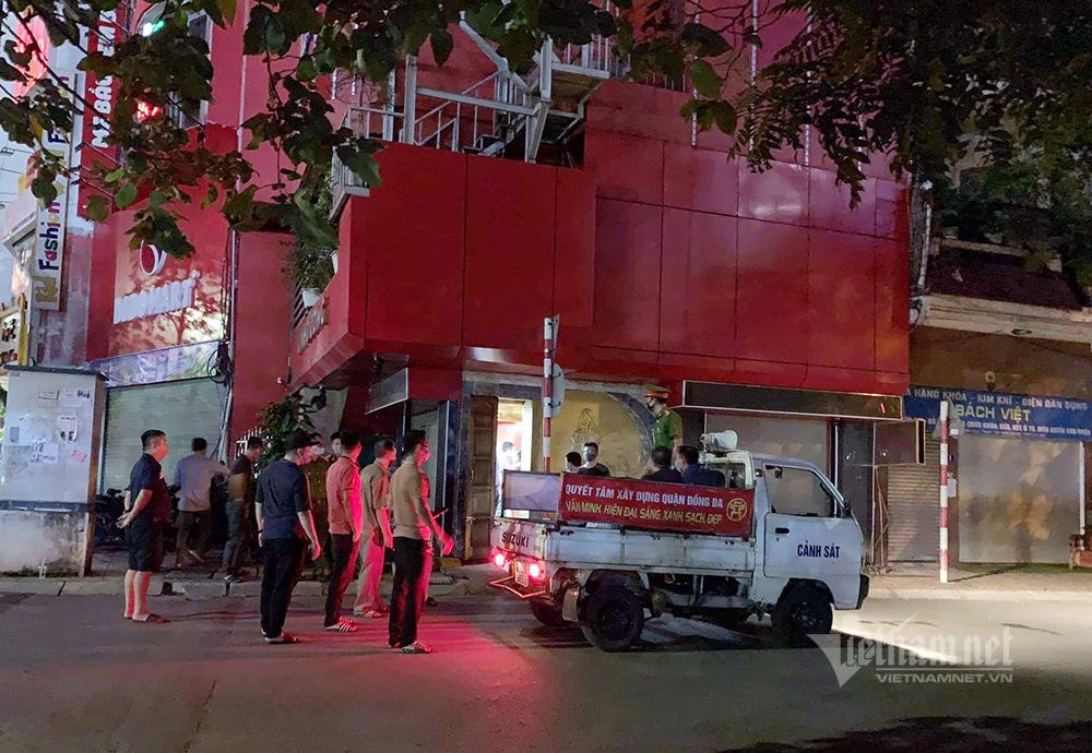 Đột kích quán karaoke hoạt động chui, khách phá 'chuồng cọp' bỏ trốn
