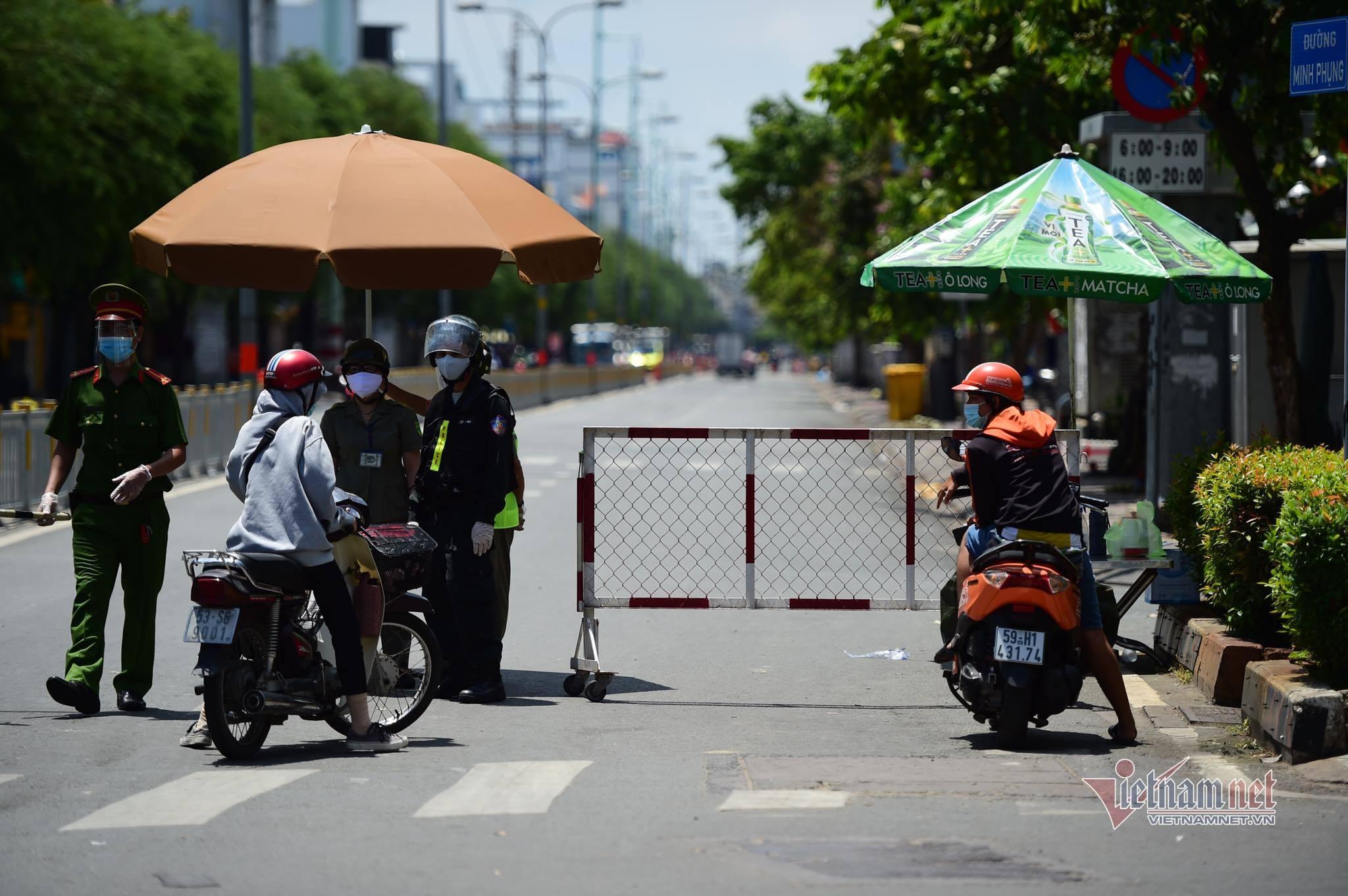 TP.HCM lập chốt khắp ngả đường, kiểm soát chặt người ra khỏi nhà