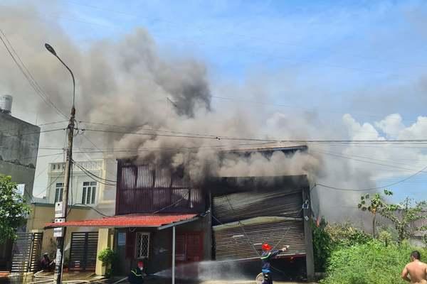 Nhà xưởng sản xuất vật liệu điện bốc cháy nghi ngút ở Hải Phòng