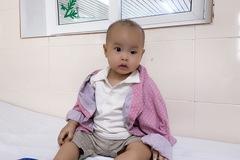 Con trai 1 tuổi bị khoét mắt do ung thư, mẹ trẻ tuyệt vọng cầu cứu