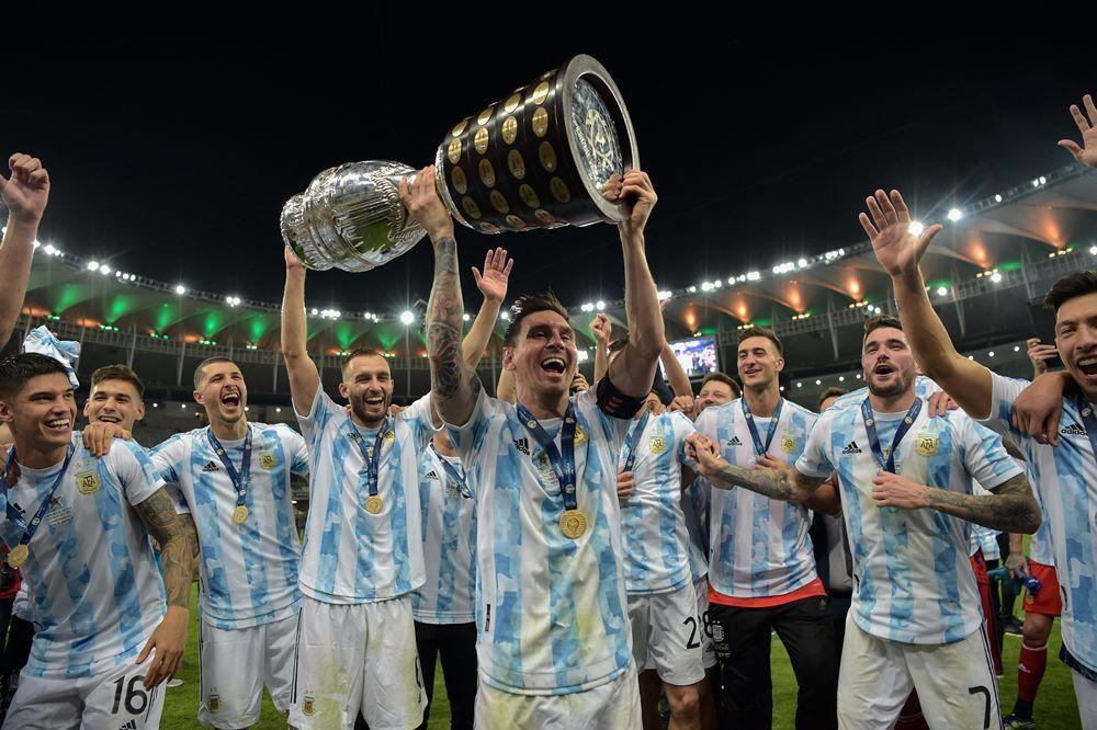 Khoảnh khắc lịch sử: Messi nâng cao Cúp vô địch Copa America
