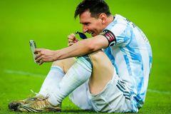 Messi gọi livestream khoe huy chương chiến thắng với vợ con