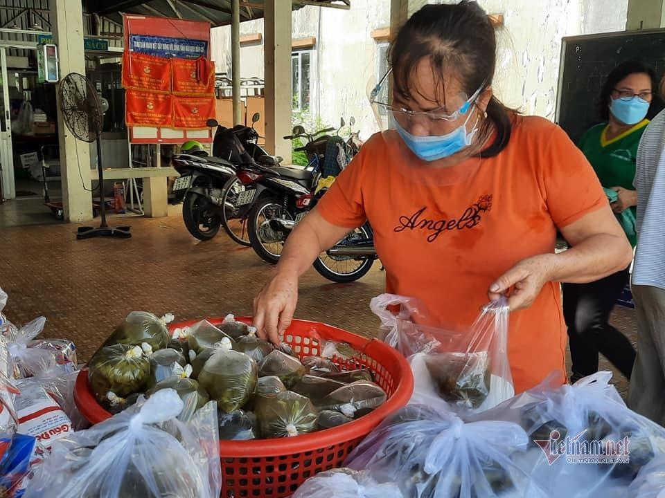 Bữa cơm nhà nghèo có thêm cá, thịt nhờ người Sài thành san sẻ