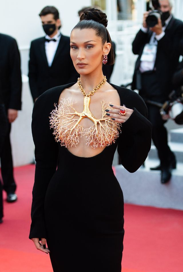 Siêu mẫu Bella Hadid dùng vòng cổ vàng che ngực trần ở Cannes