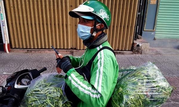 Những chàng trai trẻ, 'tay xách nách mang' lượn khắp phố Sài Gòn vắng lạ