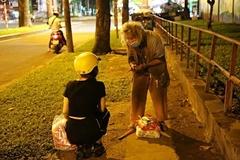 Người vô gia cư Sài thành không bị bỏ rơi nhờ món quà trong đêm