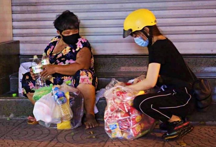 'Cánh tay' đặc biệt chuyển suất cơm nóng giữa đêm khuya Sài thành