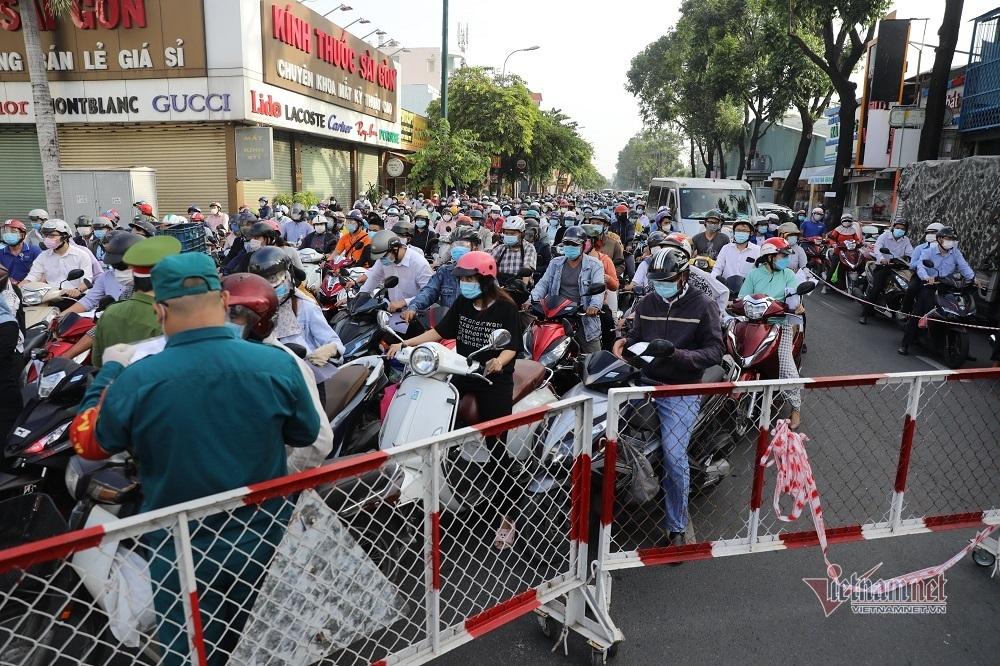 Nghìn người ùn trên phố ở Gò Vấp, dời chốt và kêu gọi hạn chế ra đường