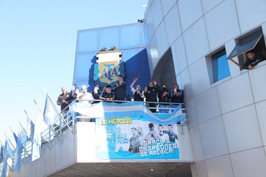 Biển người chào đón Argentina, Messi được vợ tặng quà đặc biệt