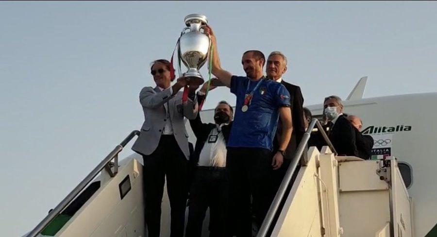Những người hùng EURO đã về đến Rome