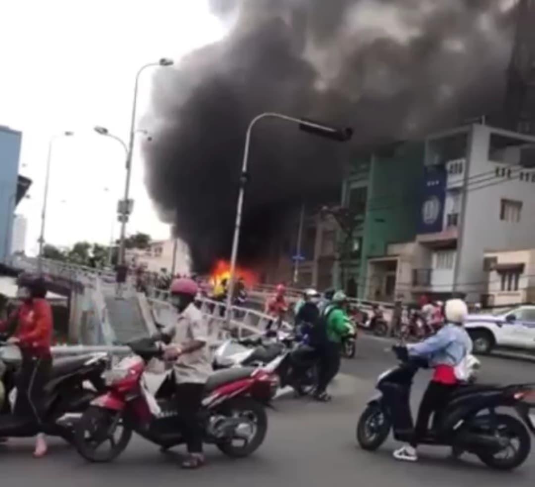 Cháy lớn ở dãy nhà bên cầu Chánh Hưng, TP.HCM