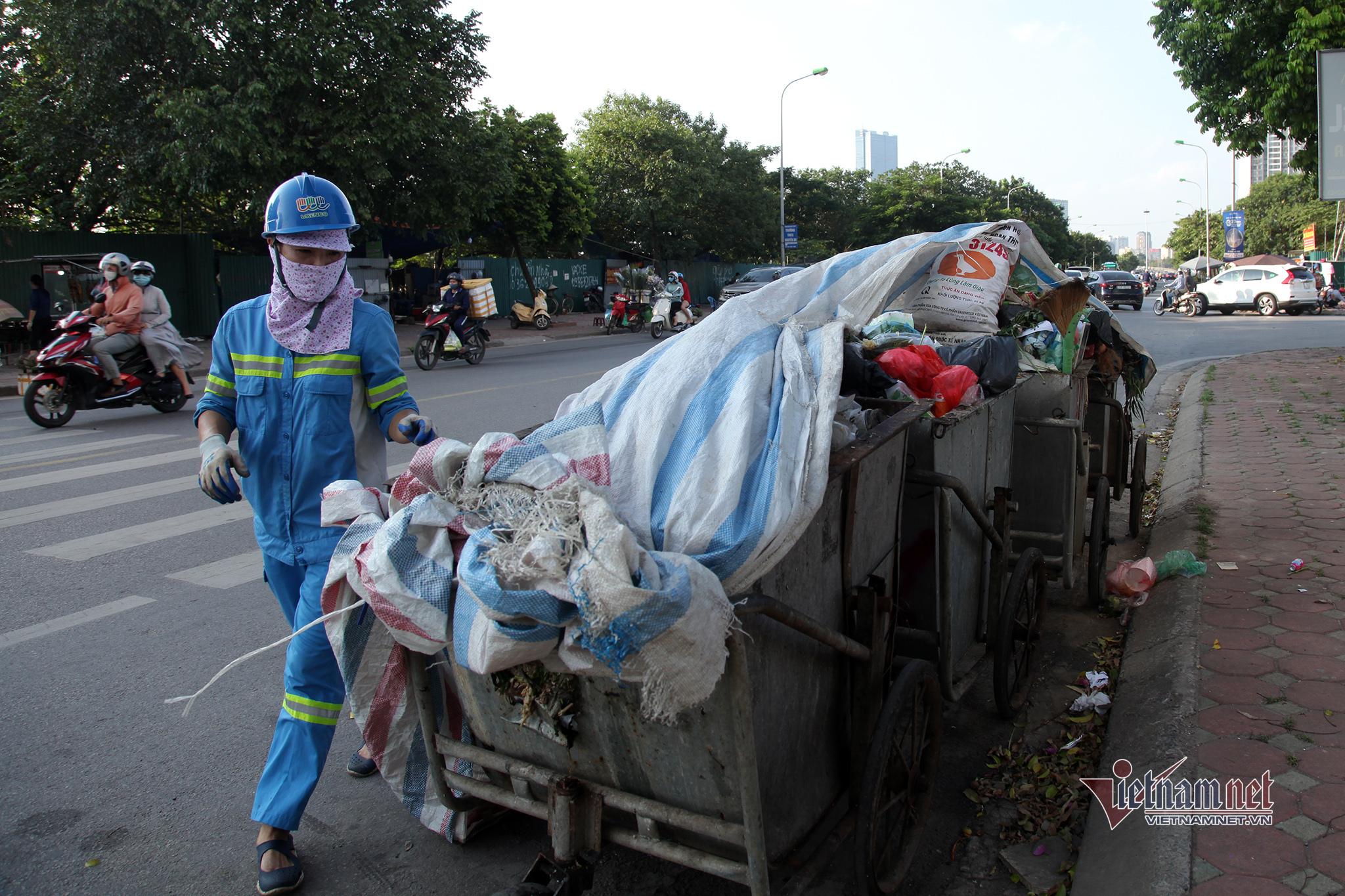 Cất tấm bằng cử nhân, người mẹ đi dọn rác, làm xe ôm nuôi con tự kỷ