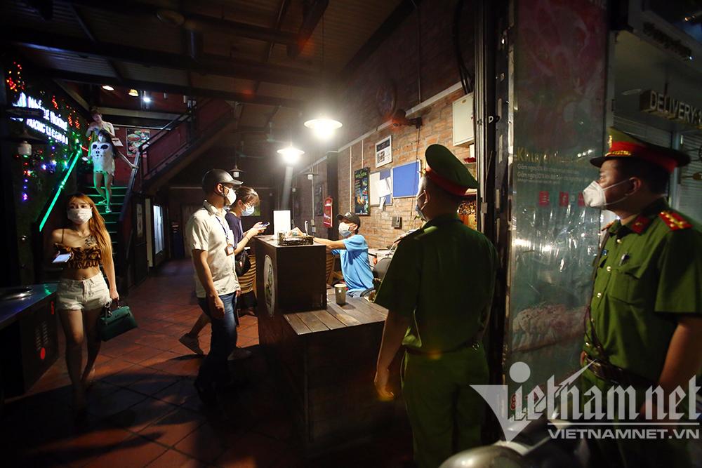 Hà Nội: Nửa đêm vẫn sáng đèn cắt tóc trước giờ đóng cửa